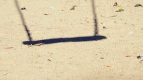 Schatten des leeren Schwingens in einem Spielplatz stock video