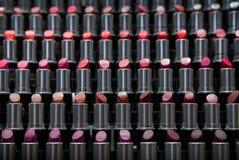 Schatten des Lippenstifts auf Regal Lizenzfreie Stockfotos