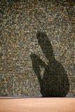 Schatten des Mannes, der eine Meldung texting ist Stockfotos