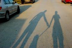 Schatten des Mannes, der Frau und des Hundes Lizenzfreie Stockfotografie