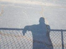 Schatten des Mannes mit Schatten des Zauns Lizenzfreies Stockfoto