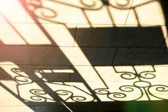 Schatten des openwork Zauns lizenzfreie stockbilder
