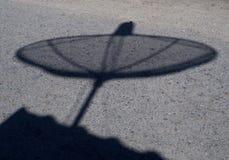 Schatten des Satellitenschüssel-Kommunikationstechnologie-Netzes Stockbilder