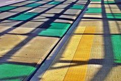 Schatten des Stahldachs über der Straße Stockbild