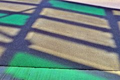 Schatten des Stahldachs über der Straße Lizenzfreie Stockfotos