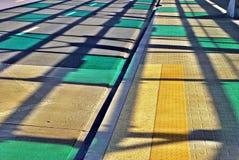 Schatten des Stahldachs über der Straße Lizenzfreie Stockbilder