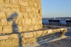 Schatten des Straßenteleskops auf Damm des Meeres Lizenzfreie Stockbilder