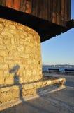 Schatten des Straßenteleskops auf Damm des Meeres Lizenzfreies Stockfoto