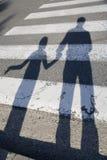 Schatten des Vaters und des Kindes durch die Straße Lizenzfreie Stockfotos