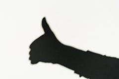 Schatten einer Hand auf der Wand zeigt ein Zeichen sehr gut Stockbilder