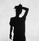Schatten einer müden Frau, die Stirn abwischt Lizenzfreie Stockbilder