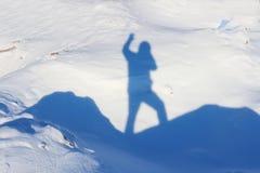 Schatten eines Mannes, der auf den Berg steht Lizenzfreie Stockfotos