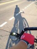 Schatten eines Radfahrers Stockbilder