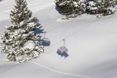Schatten eines Skifahrers auf einem Skilift Lizenzfreie Stockfotografie