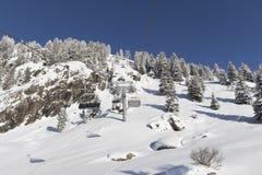 Schatten eines Skifahrers auf einem Skilift Lizenzfreie Stockfotos