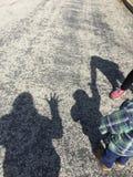 Schatten Hi-5 des Erwachsenen und der Kinder Stockfotos