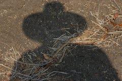 Schatten ist Landwirt hat Hut auf Boden lizenzfreies stockbild
