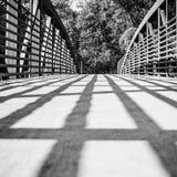 Schatten-Linien, die über eine Brücke fallen Stockfotografie