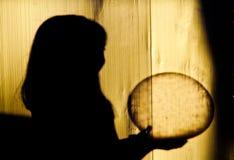 Schatten von den Kindern, die einen Ball halten Lizenzfreie Stockfotos