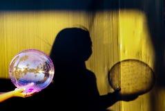 Schatten von den Kindern, die einen Ball halten Lizenzfreies Stockfoto