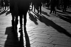 Schatten von den Leuten, die in die Stadt gehen Lizenzfreie Stockfotografie