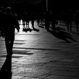 Schatten von den Leuten, die in die Stadt gehen Stockbilder