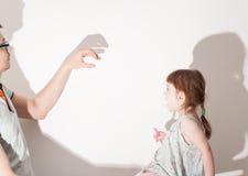 Schatten von der Hand auf weißer Wand Lizenzfreie Stockfotografie