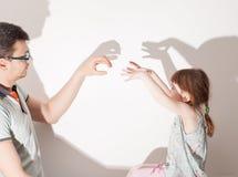 Schatten von der Hand auf weißer Wand Lizenzfreie Stockfotos