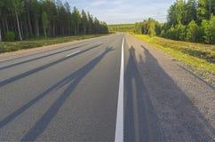 Schatten von einer Gruppe von Personen auf der Autobahn Stockfotos