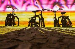 Schatten von Fahrrädern Stockbild