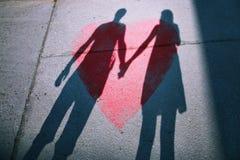 Schatten von Paaren in der Liebe auf einem Weg stockfotografie