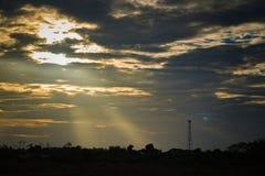 Schattenbild, Antenne von Turm w des zellulären und Kommunikationssystems stockfotografie