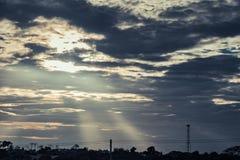 Schattenbild, Antenne von Turm w des zellulären und Kommunikationssystems stockfoto