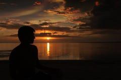 Schattenbild auf Sonnenuntergang Lizenzfreie Stockbilder