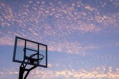 Schattenbild Basketballziels des im Freien mit klarem Rückenbrett und s lizenzfreie stockbilder