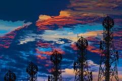 Schattenbild der Antenne des zellulären Handys und des communicati lizenzfreies stockfoto