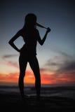 Schattenbild der attraktiven Frau auf Seehintergrund Stockbild