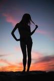 Schattenbild der attraktiven Frau aufwerfend auf dem Strand Lizenzfreie Stockbilder