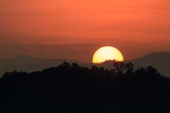 Schattenbild der Berge bei Sonnenuntergang Lizenzfreie Stockfotos