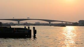Schattenbild der Brücke über dem Chapraya-Fluss bei Sonnenuntergang bangkok stock video footage