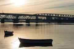 Schattenbild der Brücke über dem Santa Lucia-Fluss bei Sonnenuntergang in Uruguay Stockfoto