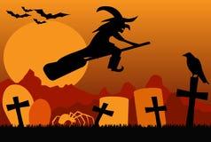 Schattenbild der Fliegenhexe auf Besen, mit Spinne, Raben und Schlägern nachts Lizenzfreie Stockfotos
