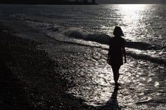 Schattenbild der Frau auf Strand Lizenzfreie Stockfotografie