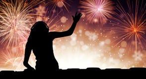 Schattenbild der Frau DJ Musik, Feuerwerk spielend auf backround stockfotografie