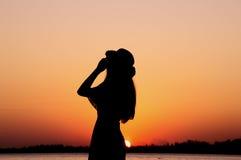 Schattenbild der Frau ihren Hut halten Stockfoto
