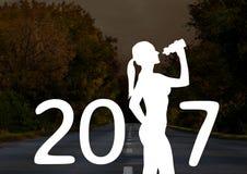 Schattenbild der Frau mit der Sipperflasche, die Zeichen des neuen Jahres 2017 bildet Stockbild
