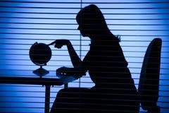 Schattenbild der Frau mit Kugel (Büro + Vorhang) Stockbilder