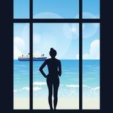 Schattenbild der Frau stehend schauend zur Seeansicht mit Boot von ihrem großen Fenster der Wohnung stock abbildung