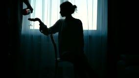 Schattenbild der Frau in der Strickjacke stock footage