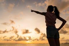 Schattenbild der Frau zeigend mit dem Finger im Himmel Stockbilder
